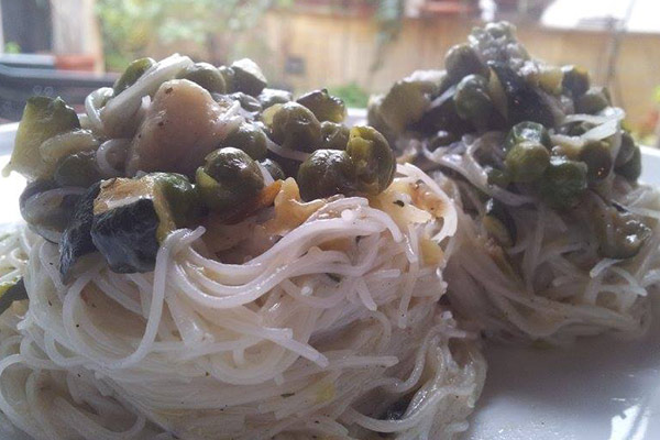 ricetta-noodles-con-zucchine-piselli-piatto