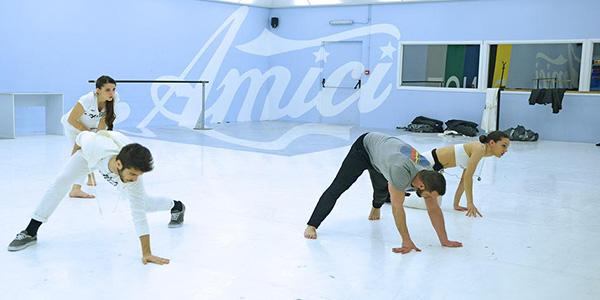 coreografia-di-gruppo-per-i-ballerini-bianchi