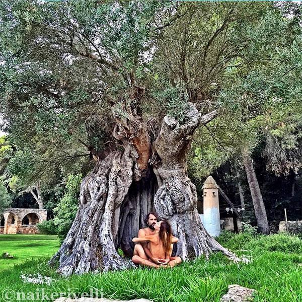 naike-e-yari-nudi-sotto-l-albero