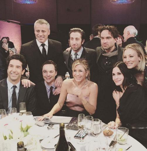 Friends-la-reunion-e-con-il-cast-di-The-Big-Bang-Theory-FOTO
