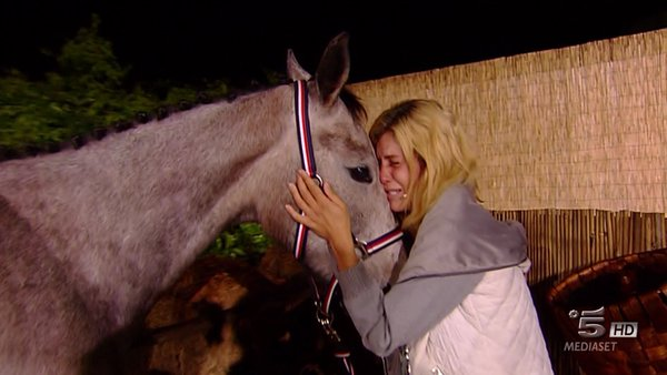 paola abbraccia il suo cavallo isola dei famosi finale
