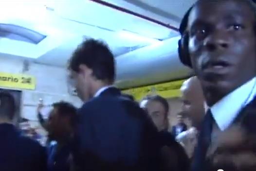 Rabbia Balotelli su una troupe tv | Manata a una telecamera VIDEO