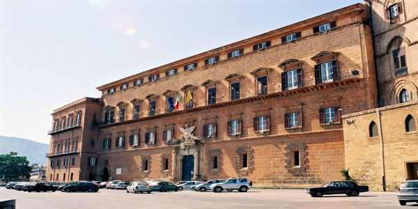 Sicilia, la Regione apre alle coppie di fatto | Potranno avere prestiti agevolati