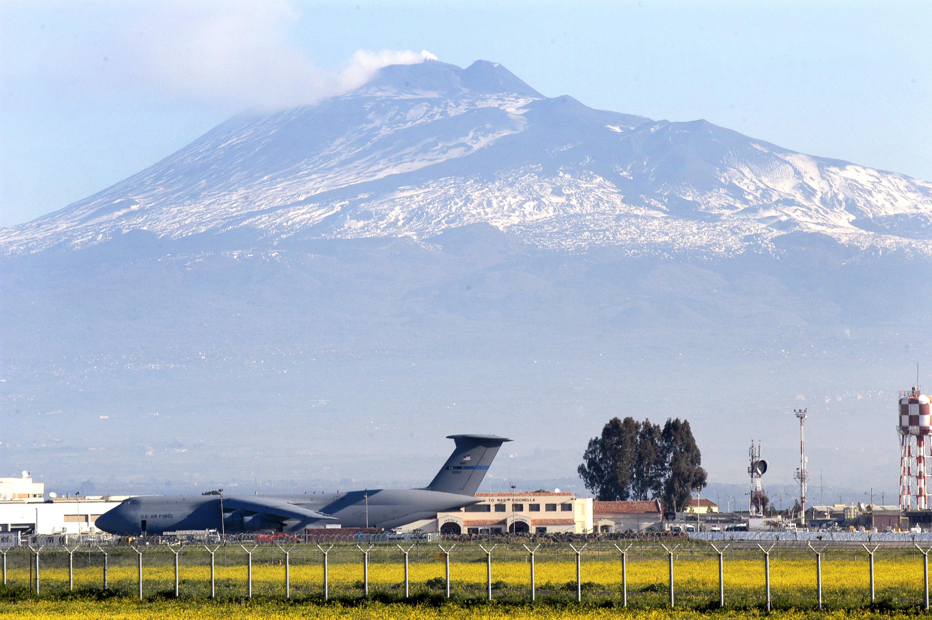 Etna, continuano le emissioni di cenere: disagi a Fontanarossa