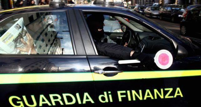 Fugge a bordo di un furgone dai controlli di polizia | Si rompe una gamba mentre tenta la fuga