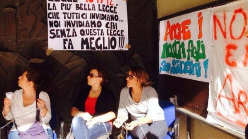 Ragusa, le mamme dei disabili| si incatenano per protesta contro la Provincia