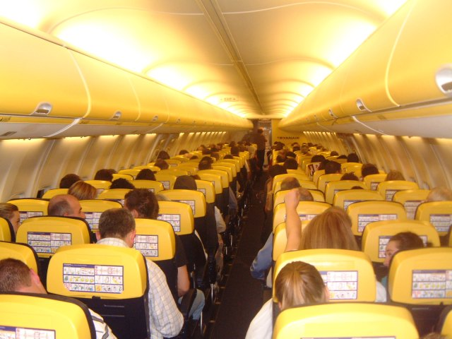 Ryanair, stop ai trolley gratis nelle cappelliere |