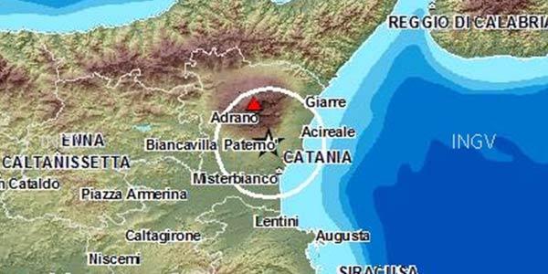Terremoto, tre scosse nella notte sull'Etna| Una colonna di cenere lavica copre il cielo