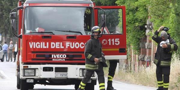 Incendio in una carrozzeria alla periferia di Roma, evacuate 60 persone