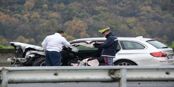 Tragico incidente stradale alle porte di Catania   Gravi una giovane di 25 anni e un camionista di 35 anni