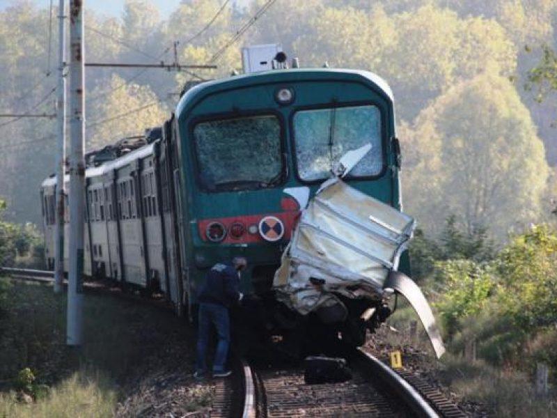 scontro auto treno ravenna donna ferita