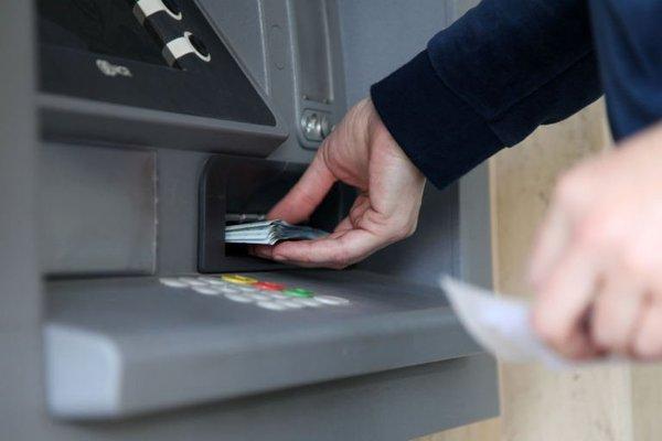 Catania, asportano un bancomat con un'autogru   Uno dei banditi arrestato mentre era alle prese con un postamat