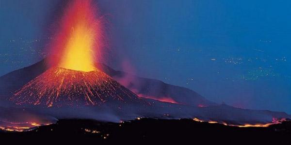 Attività stromboliana dal nuovo cratere di Sud-Est  Rientrano su Catania i voli dirottati