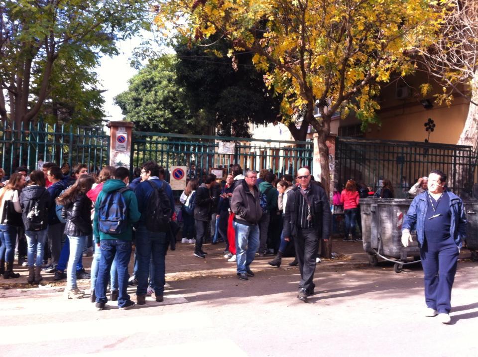 Scuola gli studenti si dividono sull 39 occupazione la for Liceo umberto palermo