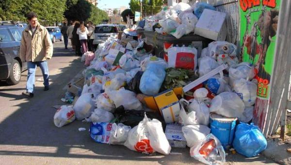 Emergenza rifiuti a Palermo, ancora cassonetti in fiamme | Ma per la Rap il servizio di raccolta è regolare