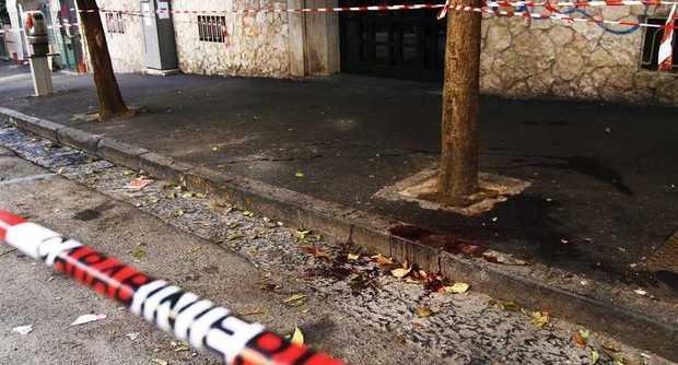 Napoli, 19enne reagisce a una rapina e viene accoltellato