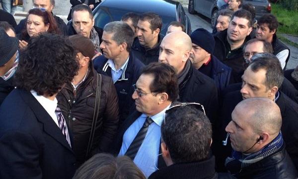 AnsaldoBreda, Crocetta non può entrare in fabbrica   L'incontro con gli operai davanti ai cancelli chiusi /FOTO