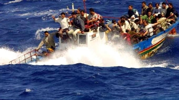 Crotone, barcone in balia delle onde   A bordo 120 migranti, i soccorsi in difficoltà
