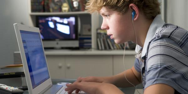 Quasi la metà dei giovani sono vittime sui social network