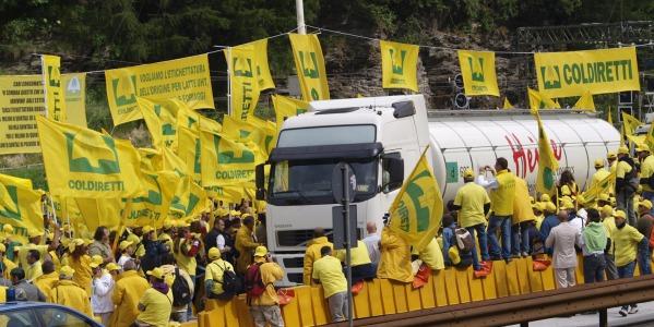 Agricoltori e allevatori scendono in strada | In migliaia bloccano la frontiera del Brennero