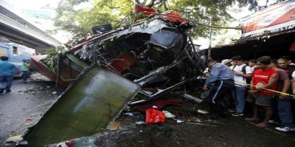 Filippine, pullman precipita da sopraelevata  Almeno 22 morti a Manila