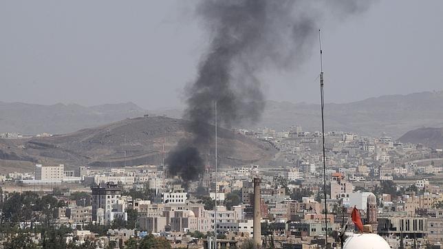 Yemen, auto-bomba contro il ministero della Difesa   Edificio sotto assedio, decine di vittime