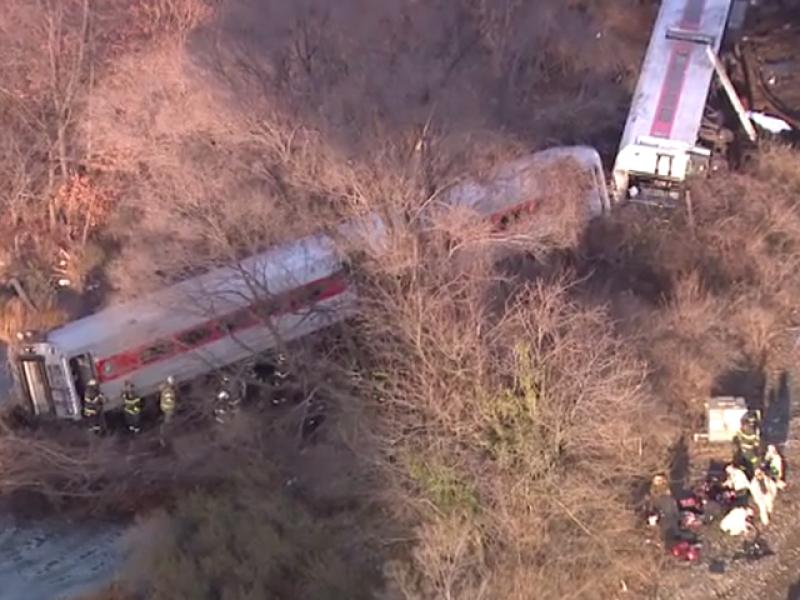 treno metropolitana, new york, deraglia, bronx, metro ny, feriti treno deragliato bronx, vagoni in acqua