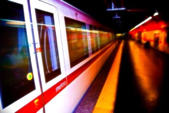 Roma, tenta il suicidio in metropolitana | L'uomo è stato ricoverato in codice rosso