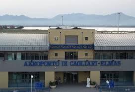 Migranti occupano in massa la pista dell'aeroporto di Cagliari | Scalo chiuso per tre ore, cancellazioni e ritardi