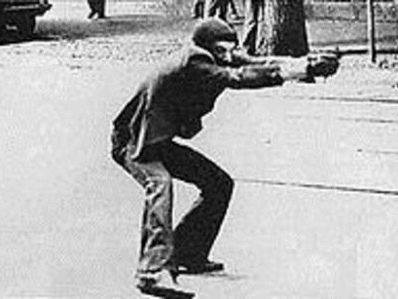foto simbolo anni di piombo, morto autore foto simbolo anni di piombo, paolo pedrizzetti, anni di piombo foto simbolo milano 14 maggio 1977, milano via de amicis, muore paolo pedrizzetti