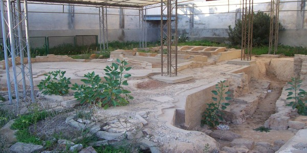 Volontari e immigrati puliscono il sito archeologico di Gela | Gli antichi bagni greci tornano a splendere