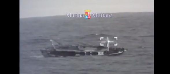 Barcone alla deriva di Crotone | I 120 migranti sono salvi /VIDEO
