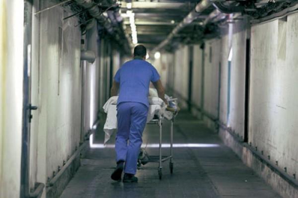 Cade dalla barella dopo un intervento chirurgico | Condanna a sei mesi per il medico, l'infermiere e il barelliere