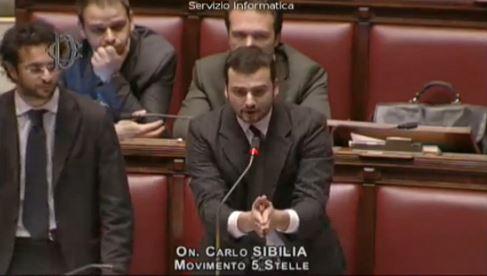 Deputati del M5s occupano i banchi del governo | Seduta sospesa a Montecitorio