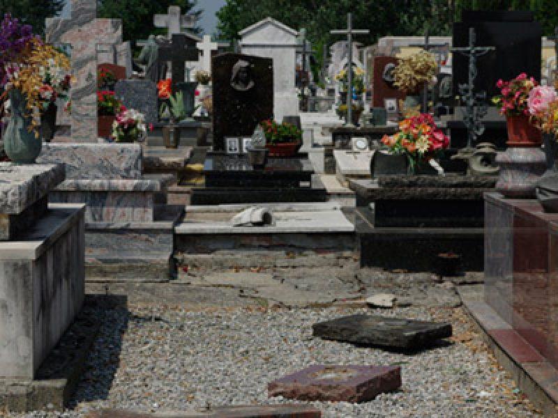 profanano tombe a san cataldo in provincia di caltanissetta