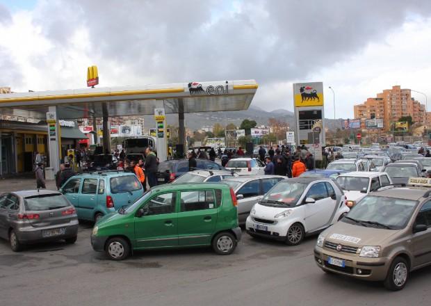 Follia al distributore di benzina nel Messinese | Aggressione violenta dopo un tamponamento