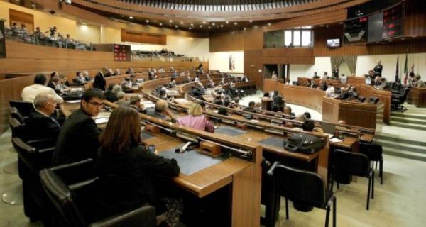 Sardegna, perquisizioni per 19 consiglieri | Fondi ai gruppi, si allarga l'inchiesta /I NOMI