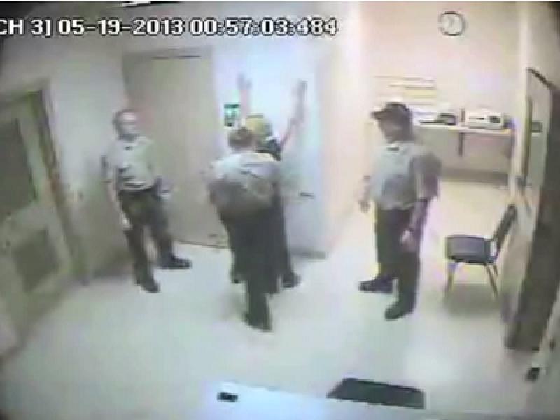 donna picchiata e denudata dalla polizia