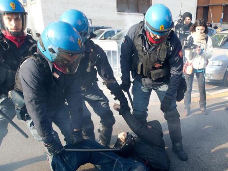 forconi, scontri roma sapienza, sapienza manfiestanti con maschere, anonymous, feriti due poliziotti, feriti due agenti