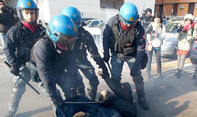 Bomba carta alla Sapienza di Roma, due fermi | Due poliziotti feriti negli scontri /FOTO