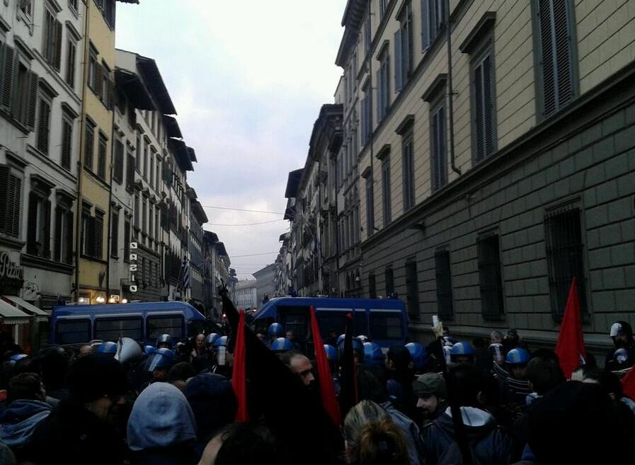 Firenze, protesta contro lo shopping di Natale | Scontri con le forze dell'ordine, due agenti feriti