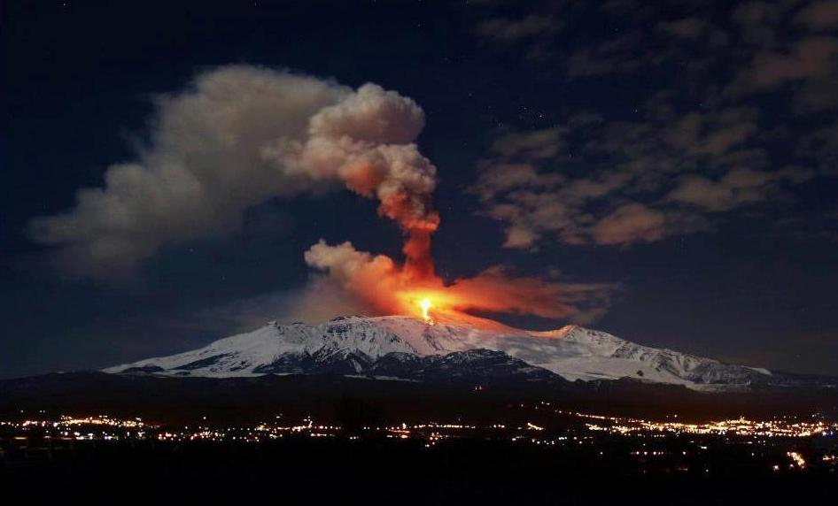 L'Etna cessa l'emissione di cenere | L'aeroporto di Catania torna operativo