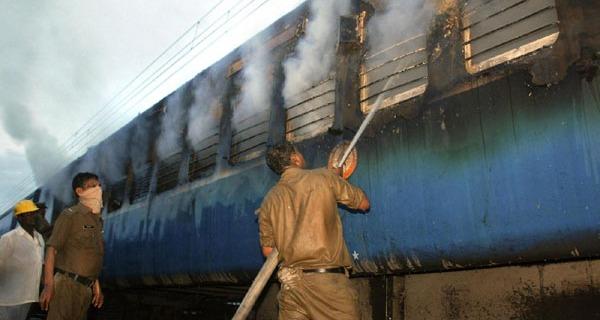India, incendio su un treno: almeno 26 morti   Decine di feriti ma il bilancio è provvisorio
