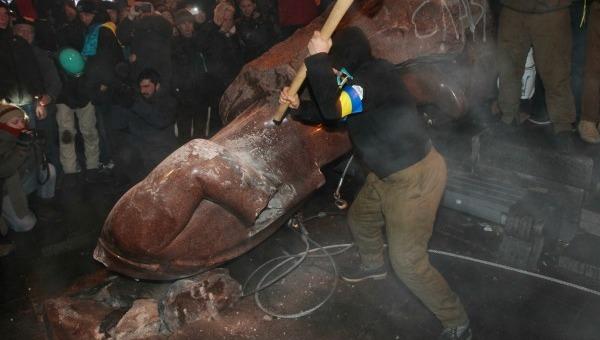 Kiev, manifestanti pro-Ue contro la Russia | Abbattuta una statua di Lenin