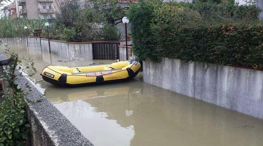 Maltempo, due vittime in Calabria e Abruzzo| Un treno è deragliato nel Foggiano, due feriti