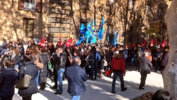 Protesta dei precari davanti a Palazzo dei Normanni | La Commissione approva il ddl per le proroghe dei contratti