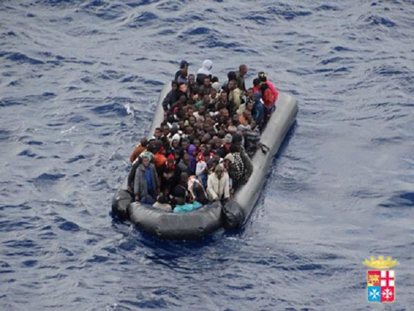 Sbarco a Catania, 300 migranti salvati da una petroliera | La procura apre un'inchiesta sulla morte di un migrante