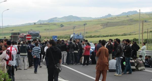 I migranti del Cara di Mineo occupano la statale | Sassaiola e scontri con la polizia