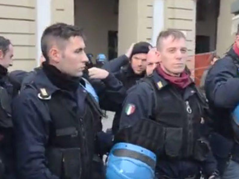poliziotti-si-levano-il-casco-proteste-torino-sciopero-forconi