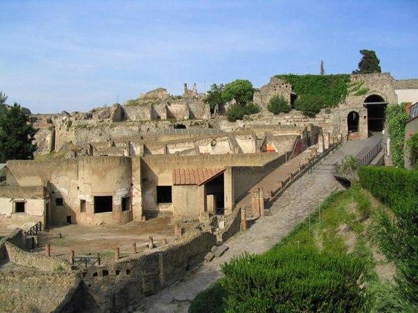 Pompei, nuovo crollo a causa della pioggia | Si sbriciola il muro di una bottega